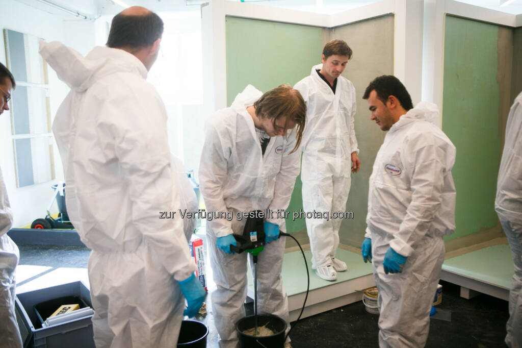 Henkel eröffnet neues Klebstoff-Trainingscenter in Wien (Schutzanzug, Mixer) (Bild: Henkel) (26.11.2013)