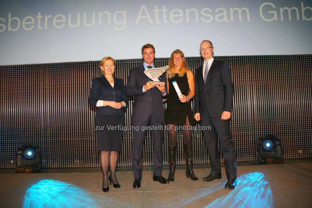 WK-Wien -Präsidentin Brigitte Jank (li.) und PwC-Partner Jörg Busch und gratulieren dem Unternehmerpaar Caroline und Oliver Attensam, © WirtschaftsBlatt / Peroutka (26.11.2013)