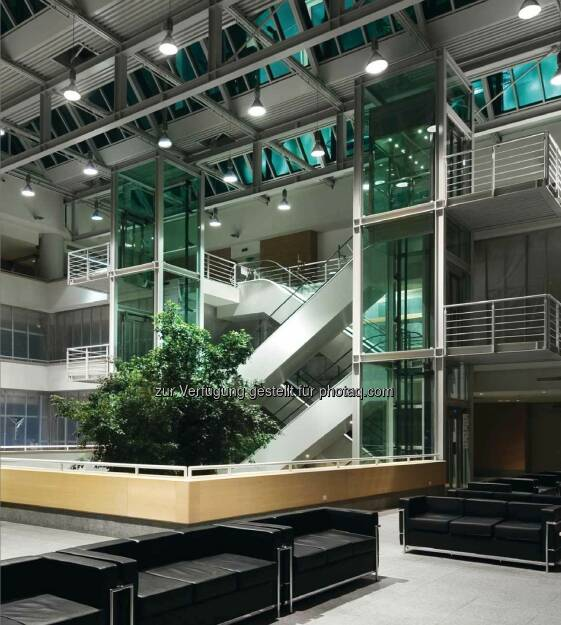 Lichtlösung: Hallenleuchte Copa, Downlight Panos, Einbauleuchte Mildes Licht IV, Licht- und Versorgungseinheit Conboard (Sonderanfertigung), Campus Biomedico di Roma (Bild: Zumtobel) (29.11.2013)