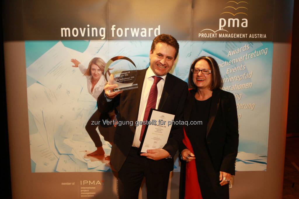Brigitte Schaden, pma Vorstandsvorsitzende, gratuliert Manfred Kirmair zum project manager of the year 2013 (Bild: pma/Elke Mayr) (02.12.2013)
