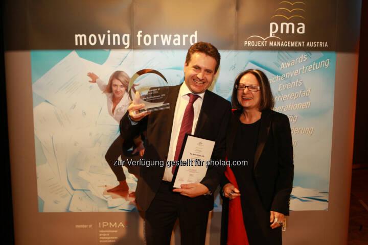 Brigitte Schaden, pma Vorstandsvorsitzende, gratuliert Manfred Kirmair zum project manager of the year 2013 (Bild: pma/Elke Mayr)