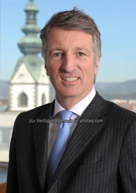 Harald Kogler wird Hirsch Servo-Vorstandsvorsitzender Er wurde am 11. Juni 1960 in Klagenfurt geboren. Nach seinem Studium zum Wirtschaftsingenieur in Graz übernahm er 1986 die Position des Leiters des Innovationszentrums in der Wirtschaftskammer Kärnten. Danach arbeitete er als Vertriebsdirektor der Philips Data Systems GmbH in Wien. Nach seiner Rückkehr nach Kärnten bekleidete er ab 1993 die Funktion des Gründungsvorstandes des KWF und als Geschäftsführer der BABEG. Von 1999-2006 war Kogler Mitglied des Vorstandes der FUNDERMAX AG, die in ihrer Zentrale in Kärnten und an anderen Standorten in Österreich, Deutschland und Russland insgesamt knapp 1400 Mitarbeiter beschäftigt. Bereits hier gab es einen starken Südosteuropa-Fokus. Danach war er bei Kronospan - dem global größten Holzwerkstoffkonzern - in Ungarn, Rumänien und der Slowakei als Geschäftsführer bzw. Vorstand tätig. Von 2008 - 2013 war Harald Kogler Vorstand der KELAG-Kärntner Elektrizitäts-AG und Geschäftsführer der Kelag Wärme GmbH. Seit 28. November 2013 ist Kogler Vorstandsvorsitzender der Hirsch Servo AG. Sein Mandat läuft bis 31. Dezember 2015. (03.12.2013)