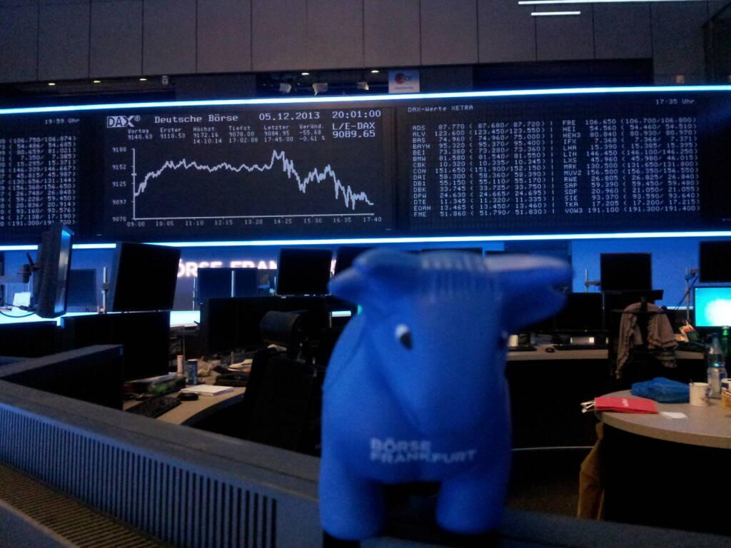 Weihnachtsfeier Frankfurter Börse, der blaue Bulle vor dem DAX-Chart (06.12.2013)