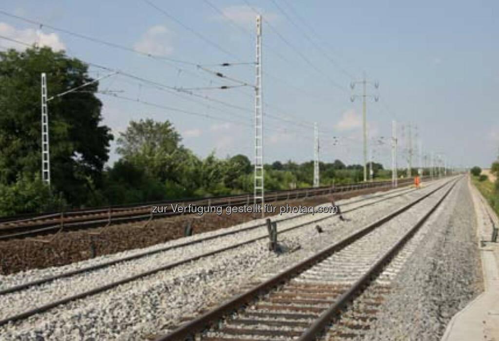 Als Teil eines Konsortium erhielt die Strabag AG, eine Tochter des österreichischen börsenotierten Baukonzerns Strabag SE, den Auftrag zur Modernisierung der 42,2 km langen Bahnstrecke Vintu de Jos–Simeria im Westen Rumäniens nahe der Stadt Sibiu. Der Auftragswert beläuft sich auf € 317 Mio., wovon Strabag Arbeiten mit einem Volumen von zumindest € 66 Mio. im Bereich des Gleis-, Ingenieur-, Erd- und Straßenbaus ausführen wird.   (08.12.2013)