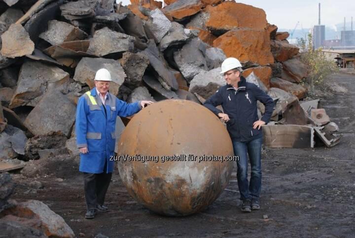 voestalpine: Wenn eine 12 Tonnen schwere Eisenkugel mit 1,5 m Durchmesser die Gießerei in Linz verlässt, fragt sich wohl mancher, was das zu bedeuten hat. Auflösung http://bit.ly/1ksb14p