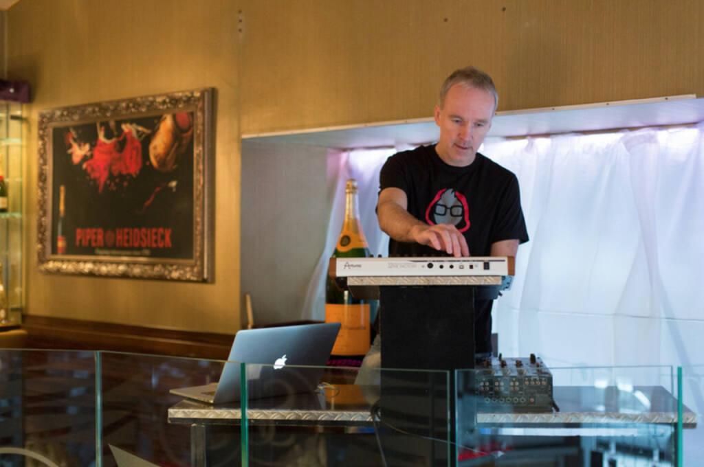 Christian Drastil stellt im Scotch-Club das Börse Social Network vor. Eine Audiokomponente gehört dazu, Bilder zum 2nd Börse Social Network Day unter http://finanzmarktfoto.at/page/index/860/ (13.12.2013)