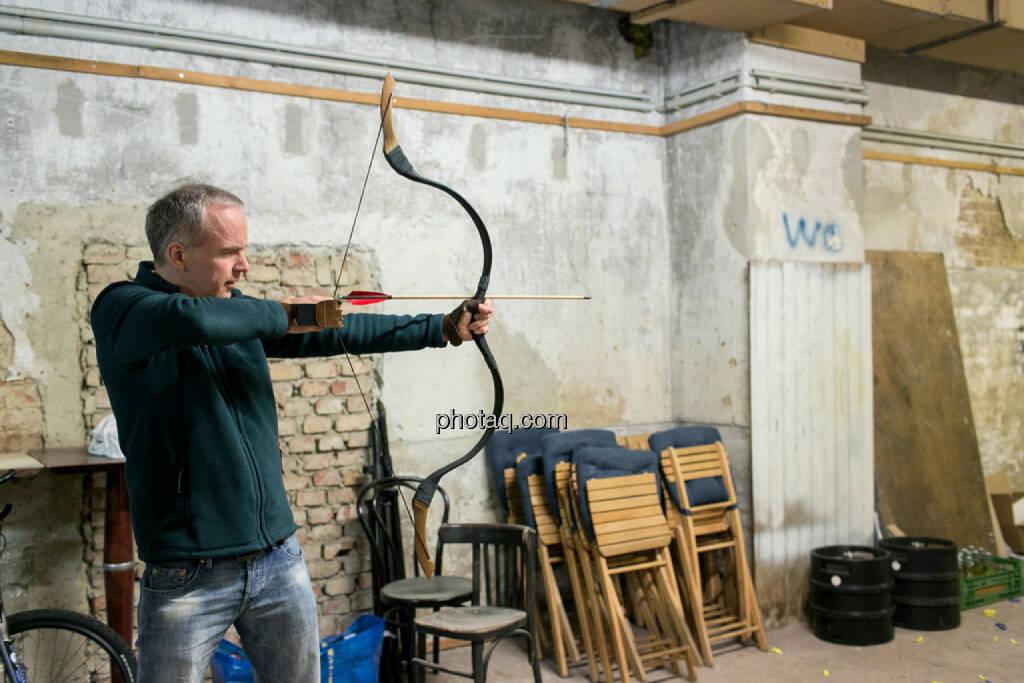 Christian Drastil mit Pfeil und Bogen, © finanzmarktfoto.at/Martina Draper (16.12.2013)