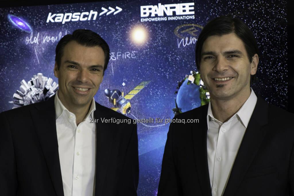 Jochen Borenich (COO Kapsch BusinessCom) und Stefan Ebner (CEO von Braintribe.) - Kapsch BusinessCom startet eine Partnerschaft mit Braintribe und erweitert damit das Angebot innovativer IT-Lösungen im Applikationsumfeld für seine Geschäftskunden. (Foto: Kapsch) (17.12.2013)