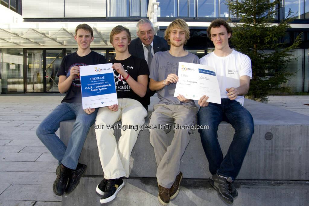 """Die siegreichen HTL-Maturanten vom Projekt """"C.A.S. – Customizable Audio System"""" mit HTL-Direktor Dir. Dipl.-Ing. Dr. techn. Herbert Kittl (Mitte). © Salzburg Research (18.12.2013)"""
