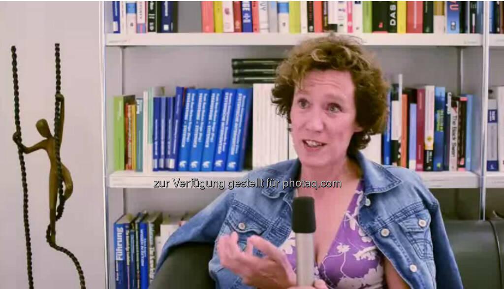 """Barbara Heitger, Gründerin, Senior Consultant """"Es gibt Geschäftsführertage und Beratertage."""" An Beratertagen fliegt Barbara Heitger, Unternehmensberaterin und Managing Partner bei Heitger Consulting, schon mal für einen ganzen Tag nach Deutschland und kommt erst abends wieder zurück. Ihr Rat: """"Suche dir Freunde und Erfahrene, die dich unterstüzten und gib auch solche Unterstützung."""" Das Video (5:51min.) dazu unter: http://www.whatchado.net/videos/barbara_heitger, © whatchado (18.12.2013)"""