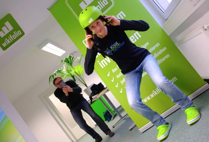 Christina Öhler, wikifolio, im Börse Social Network-Shirt, im Hintergrund wikifolio-Gründer Andreas Kern