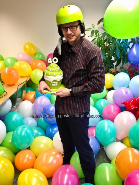 Eines der wikifolio.com Fotos des Jahres ist dieses vom Geburtstag von wikifolio.com Geschäftsführer Andreas Kern: Mit grüner Torte, geschenktem Helm und einem Büro voller Luftballons!, © beigestellt (23.12.2013)