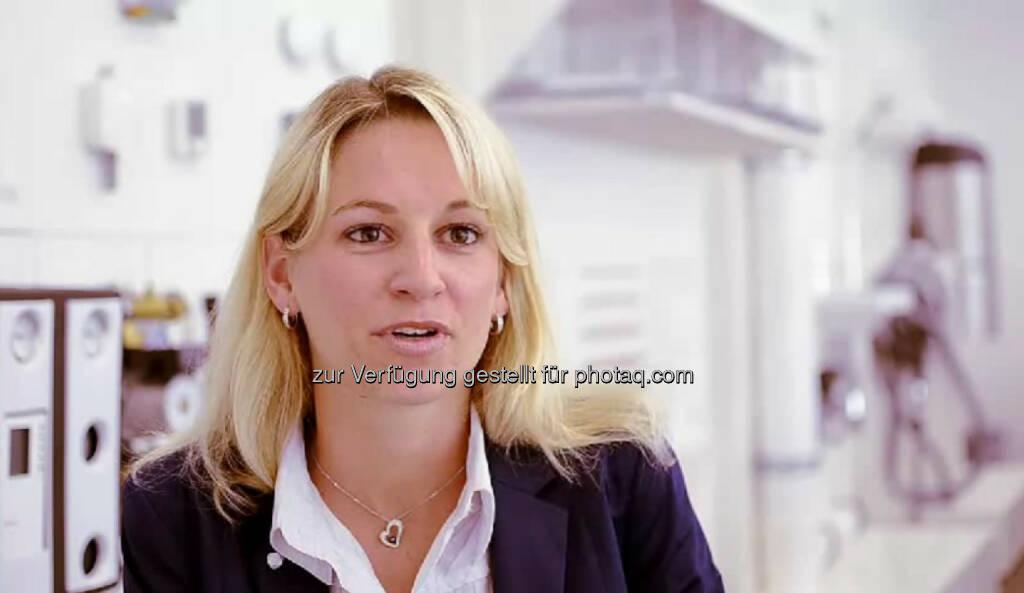 """Manuela Vorwerk, HR Manager """"Meine Seminare sind meistens nicht tot durch PowerPoint, sondern ein bisschen aktiver."""" Manuela Vorwerk ist bei Rehau Human Resources Manager für Österreich und Südosteuropa. Was ihr am meisten Spass macht: """"Wenn man den Bewerber anruft und sagt: 'Du hast den Job', wenn man merkt, wie sich derjenige freut, das ist einfach ein schönes Gefühl."""" Das Video (5:48min.) dazu unter http://www.whatchado.net/videos/manuela_vorwerk, © whatchado (25.12.2013)"""