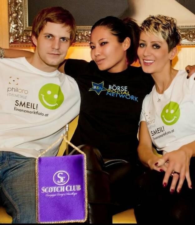 Chris Mattura mit Scotch Girls Smeil anlässlich des 2nd BSN Day http://finanzmarktfoto.at/page/index/860 (Shirts in der philoro-Kollektion)