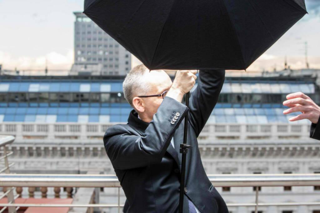 Peter Sitte, com_unit: Fotoshoot auf dem Dach von Accenture. Plötzlich fegt Orkan Xaver über uns hinweg. Halte Schirm und Blitz (noch) fest im Griff. , © beigestellt (26.12.2013)