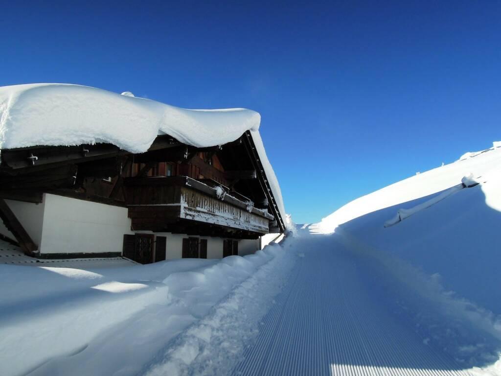 Haus, Schnee, Weg, Vigljoch, Südtirol, © Peter Sitte (27.12.2013)