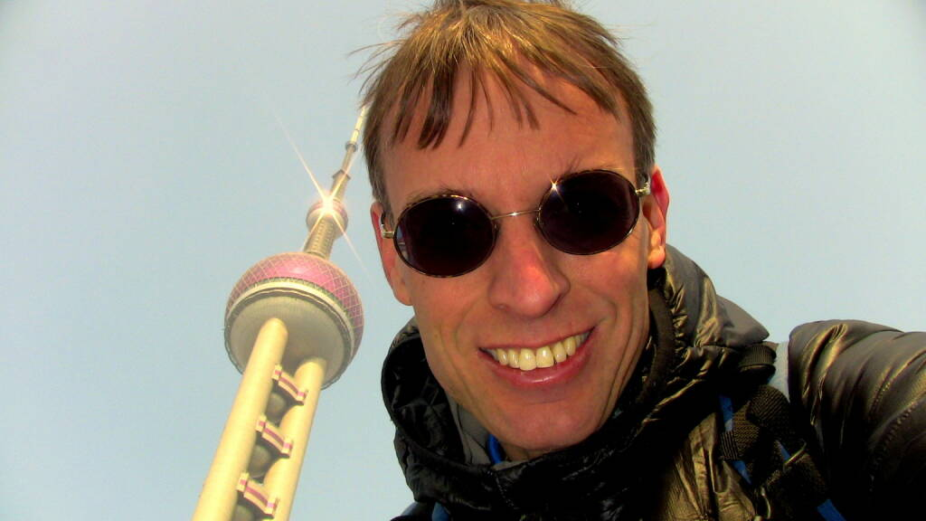 Rolf Majcen, FTC, belegte Platz 8 beim Treppenlauf auf das Wahrzeichen von Shanghai: Am 1.1.2014 nahm ich beim Oriental Pearl Tower Run Up in Shanghai teil. Der Oriental Pearl Tower steht im Shanghaier Stadtteil Pudong und ist mit einer Höhe von 468 Metern der derzeit dritthöchste Fernsehturm Asiens und der fünfthöchste der Welt. Der Wettlauf wurde als Massenstart veranstaltet, wobei etwa 200 Meter vom Start bis zum Stiegenhaus zu überwinden waren. In meiner Treppenlauf-Karriere war ich zuvor bereits 12 Mal in Asien (Peking, Shanghai, Ho Chi Minh City, Hanoi, Kuala Lumpur, Singapur, Bangkok, zwei Mal in Taipei und dreimal in Hong Kong) und niemals hatte ich Probleme mit dem asiatischen Essen doch ausgerechnet zu Sylvester 2013 erwischte ich ein Abendessen, das mir den Magen verdorben hatte. Drei Stunden vor dem Start zum Wettkampf am Neujahrstag wusste ich nicht, ob ich den Wettkampf mit den Magenschmerzen überhaupt laufen konnte, wollte jedoch mein Bestes geben und hatte sehr gute Erinnerungen an Shanghai, weil ich 2012 den Treppenlauf im 492 Meter hohen Financial Centre gewonnen hatte. Das Rennen selbst wurde erwartungsgemäß zur Qual, ich kam etwa als 15. ins Treppenhaus und Überholmanöver waren wegen der extrem schmalen Treppe auch sehr schwierig. Geschwächt aber trotzdem voll motiviert zog ich das Rennen mit mentaler Stärke durch und konnte mich letztendlich nach einer Laufzeit von 11:42 Minuten mit Platz 8 im 91. Treppenlauf meiner Karriere doch noch über mein 71. Top T (05.01.2014)