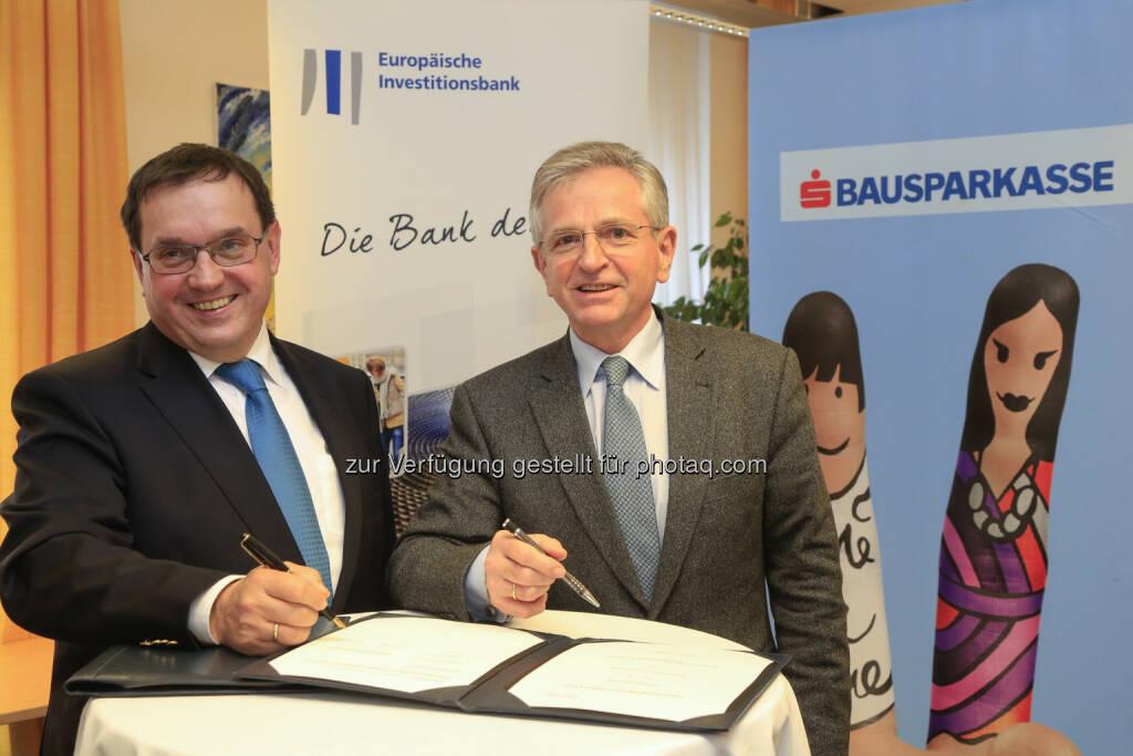 Josef Schmidinger (Generaldirektor s Bausparkasse), Wilhelm Molterer (Vizepräsident der EIB): Österreich verfolgt ein ehrgeiziges Programm im Bereich energieeffizienter Gebäude. Das gilt für die Sanierung bestehender Gebäude ebenso wie für Neubauten. Die umfangreichen Förderprogramme auf Bundes- und Länderebene ko-finanziert die Europäische Investitionsbank (EIB) jetzt mit einem Rahmendarlehen in Höhe von 150 Mio. Euro. Eine erste Tranche von 50 Mio. Euro unterzeichnete die EIB heute in Wien mit der Bausparkasse der Österreichischen Sparkassen AG (s Bausparkasse), die die Mittel den Darlehensnehmern zur Verfügung stellen wird. (Bild: Bausparkasse der oesterreichischen Sparkassen AG) (09.01.2014)