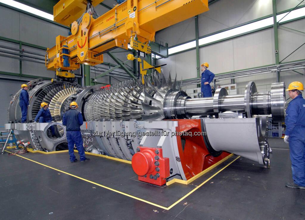 Siemens hat einen Auftrag zur schlüsselfertigen Errichtung des Gas- und Dampfturbinen(GuD)-Kraftwerks Bandirma II in der Türkei erhalten. Auftraggeber ist Enerjisa, ein Gemeinschaftsunternehmen der Sabanci Holding und E.ON. Die von Siemens entwickelte Gasturbine SGT5-8000H hat eine Nennleistung von 375 Megawatt. Im Bild die Montage der SGT5-8000H im Gasturbinenwerk Berlin kurz vor der Auslieferung. (Bild: Siemens) (13.01.2014)