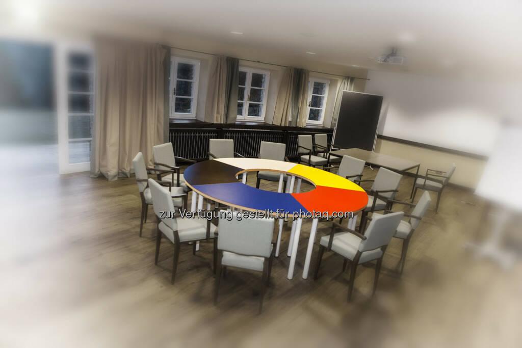 Klaus Peinhaupt: Für ein solches Kreativmeeting verwenden wir eine eigene Technik mit einem ganz speziellen Tisch, der übrigens unser Markenzeichen ist, welcher in fünf färbige Segmente unterteilt ist. Damit zerlegen wir die Fragestellung in die elementaren Bereiche, um diese effektiver – weil ohne Beimengung – analysieren zu können, © Tripenta / Peinhaupt (13.01.2014)