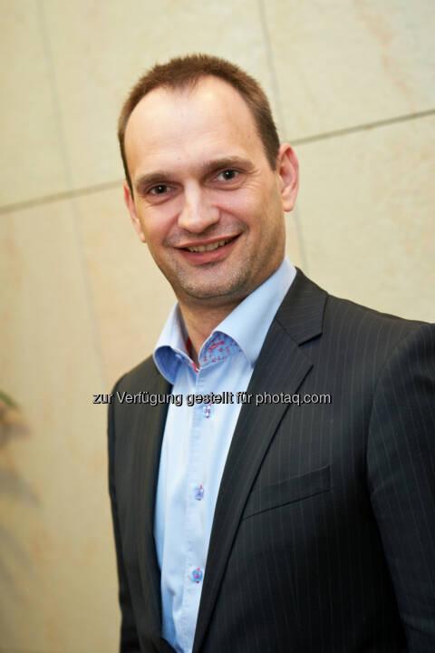 Jean-Bernard Siméon, MBA (42) hat seine Karriere bei GSK (damals noch SmithKline Bee-cham) im Jahr 1997 im Bereich Impfstoffe als Commercial Affairs Manager begonnen. Nach diversen internationalen Funktionen in Marketing und Vertrieb wurde er 2011 zum Commercial Director Speciality Business Unit & New Channels in Belgien ernannt.