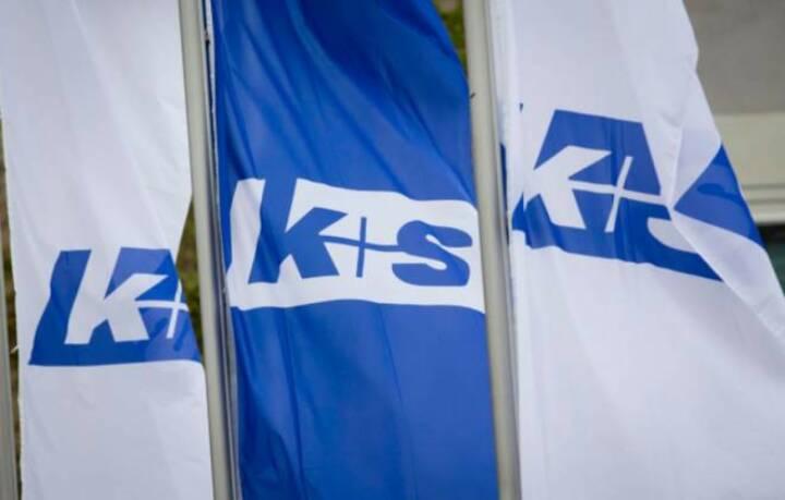 K+S-Fahnen vor der Kasseler Stadthalle am Tag der Hauptversammlung 2013