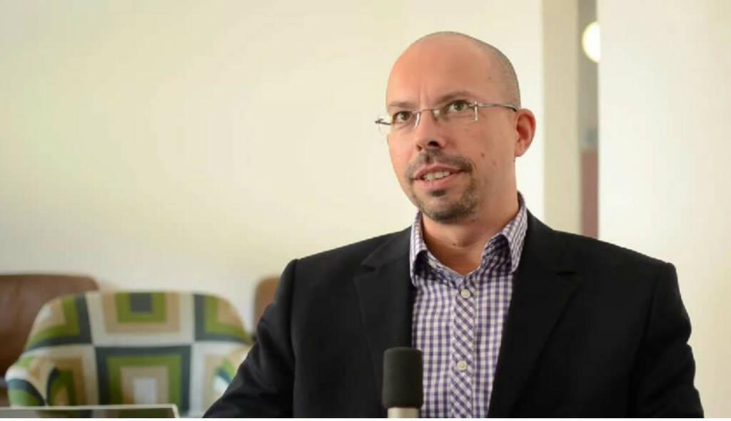 """Günter Strobl, Gründer """"I was born in Horn."""" Günter Strobl berät mit seiner Firma """"Dock 12"""" Unternehmen hinsichtlich nachhaltiger Veränderungen in den Bereichen Personal- und Organisationsentwicklung. Ein Ratschlag an sein 14-jähriges Ich: """"Hör`auf dein Inneres! Das ist in der Regel die Stimme, die dir das richtige sagt."""" Das Video (6:50min.) dazu unter http://www.whatchado.net/videos/guenter_strobl  , © whatchado (16.01.2014)"""