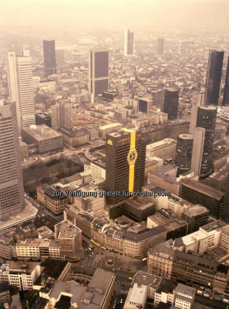Swatch-Uhr am Commerzbank-Hochhaus. Die größte Armbanduhr der Welt: eine Swatch am alten Commerzbank-Hochhaus in Frankfurt, 1984, © Commerzbank AG Homepage (Jänner 2014) (17.01.2014)