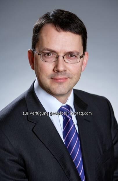 Trevor Greetham, Leiter Asset Allocation bei Fidelity Worldwide Investment: Nach mehreren Jahren im Tief glänzt die britische Wirtschaft mit einer außerordentlich starken Erholung, die besonders durch den Immobilienmarkt getrieben wird. Der Richtungswechsel in der Regierungspolitik – weg von der selbstzerstörerischen Sparpolitik und hin zu Maßnahmen, die im Vorfeld der Parlamentswahlen 2015 den Markt für Wohnimmobilien stützen – hat ein zunehmendes Verbrauchervertrauen bewirkt. Durch den Einsatz von Steuergeldern im Projekt Help to Buy wird die Hypothekenvergabe erleichtert. Die Geldpolitik dürfte auch noch im gesamten Jahresverlauf 2014 gelockert bleiben. Die Inflation liegt wieder im Zielkorridor und die Bank of England wird die Zinsen so lange knapp über Null halten, bis die Arbeitslosenquote deutlich sinkt., © Aussendung (19.01.2014)