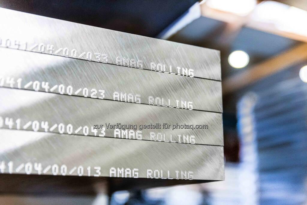 """Amag gibt die Unterzeichnung eines mehrjährigen Großauftrags im dreistelligen US-Dollar-Millionenbereich über die Lieferung von Aluminiumplatten und -blechen mit Boeing Commercial Airplanes bekannt. Mit der Errichtung eines neuen Warmwalzwerkes, welches 2014 in Betrieb gehen wird, werden größere Plattendimensionen realisiert: Dicken bis 152,4 mm (6"""") und Breiten bis zu 2.300 mm. Credit: Amag   (20.01.2014)"""