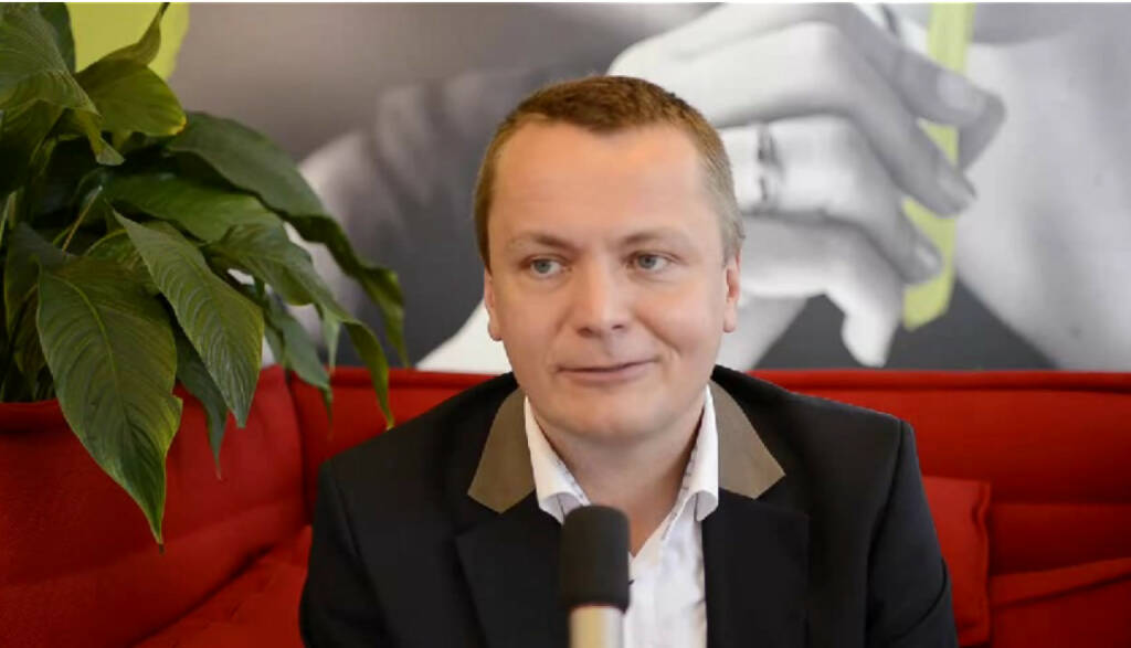 """Alexander Riedl Senior Manager, Training """"Man sollte offen auf Menschen zugehen und Spaß mit ihnen haben."""" Alexander Riedl ist bei McDonalds für die Personalentwicklung und die Lehrlingsausbildung zuständig. Das Coolste daran? """"Menschen eine Chance zu geben zu lernen und zu wachsen. Mein erster Lehrling ist heute Manager von einem großen Restaurant."""" Das Video (3:31min.) dazu unter http://www.whatchado.net/videos/alexander_riedl, © whatchado (21.01.2014)"""