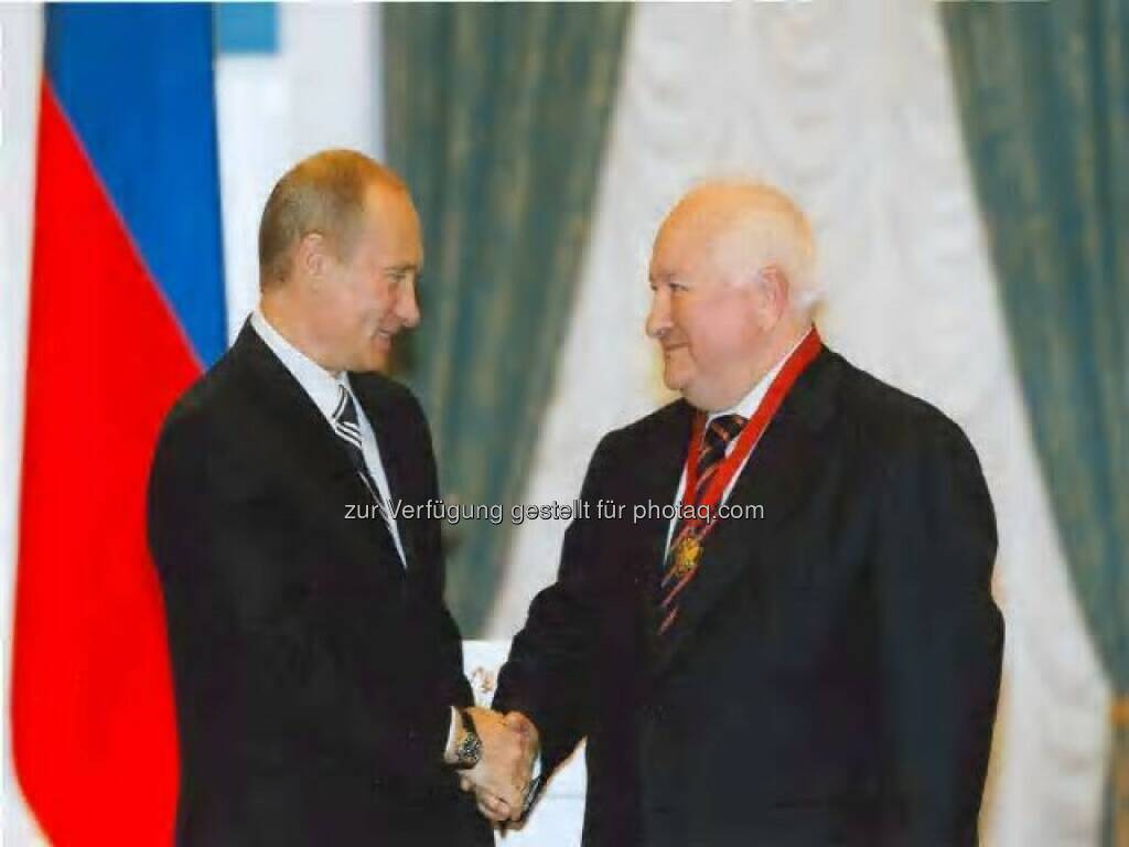 President Vladimir Putin of Russia awards V.I. Graifer (Lukoil) with an order for services to Russia (third grade), Moskau, Kremel, Oktober 2007 , © Lukoil (Homepage) (22.01.2014)
