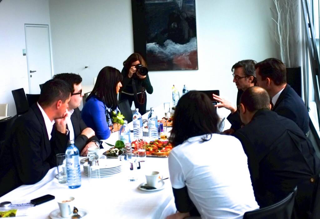 Vorstellung von http://www.boerse-social.com in der voestalpine Stahlwelt, Martina Draper fotografiert, Josef Chladek erklärt (25.01.2014)