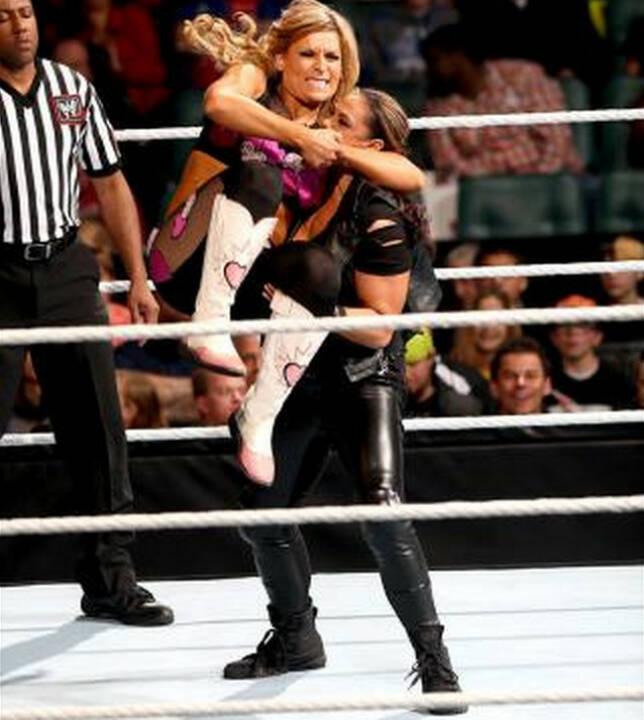 Natalya gegen Tamina Snuka