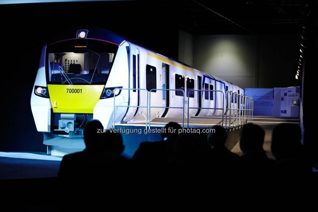Der Britische Verkehrsminister Stephen Hammond enthüllte gestern das 1:1-Modell der neuen Desiro-City-Züge für die Thameslink-Strecke in London. (Bild: Siemens) (30.01.2014)