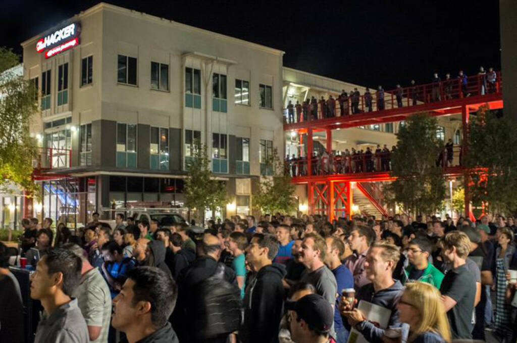 Employees gathering in Hacker Square, facebook, © facebook (homepage) (31.01.2014)