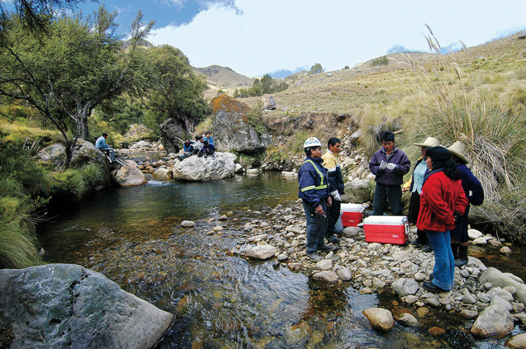 Goldabbau in Peru, Arbeiter am Fluss, © Barrick Gold Corporation (homepage) (03.02.2014)