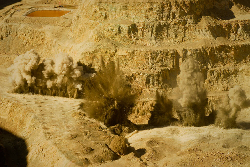 Bergsprengung, Kupferabbau in Chile (C) Alvaro de la Fuente, © Barrick Gold Corporation (homepage) (03.02.2014)