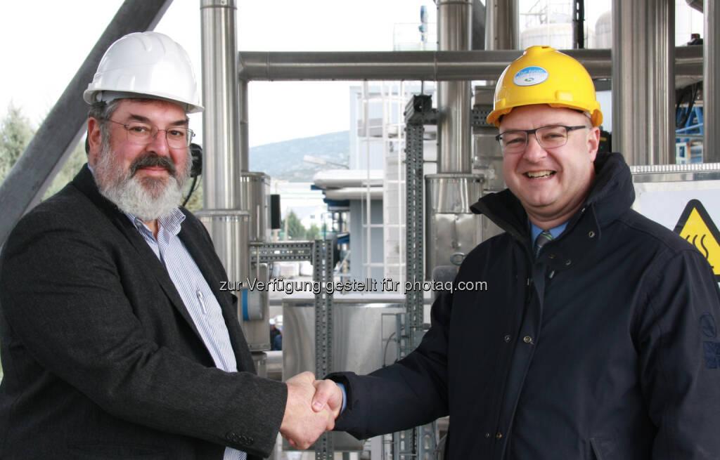Übergabe der von BDI – BioEnergy International AG optimierten Biodiesel-Anlage: Yannis Courouclis (CEO von Elin Biofuels S.A.) mit  Edgar Ahn (CSO der BDI – BioEnergy International AG) (c) Aussendung (03.02.2014)