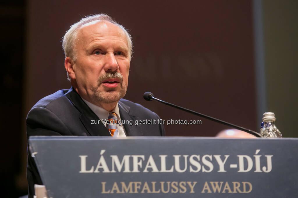 Ewald Nowotny (OeNB-Gouverneur) erhält den Lamfalussy-Preis der ungarischen Notenbank (Bild: Magyar Nemzeti Bank MNB) (03.02.2014)