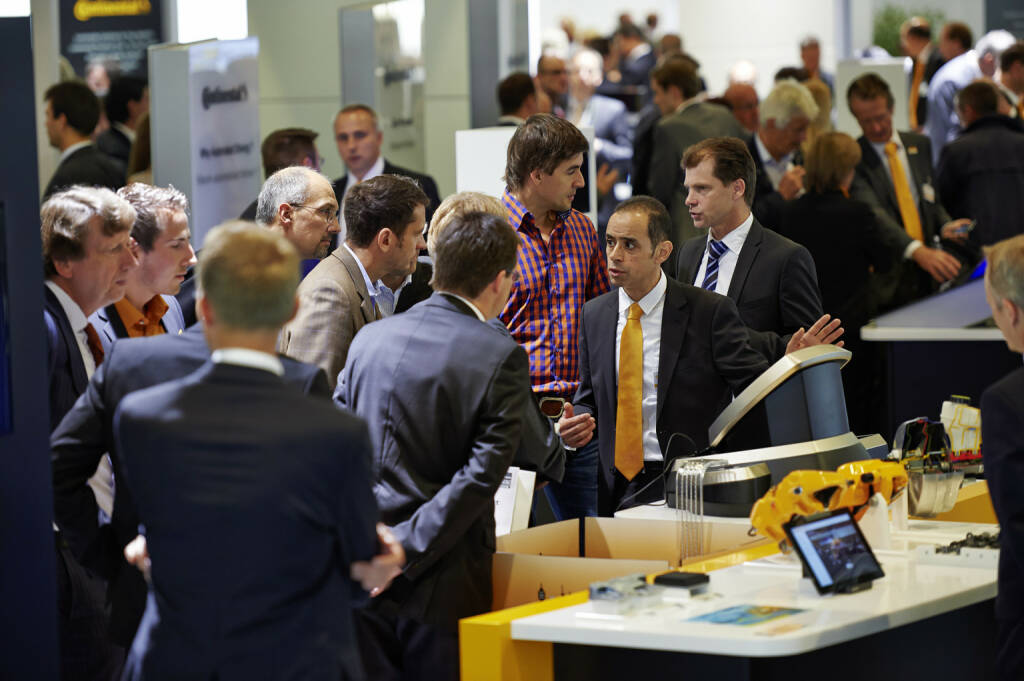 Bank-Analysten besuchen mit Continental-Finanzvorstand Wolfgang Schaefer (ganz links) den Continental-Stand auf der IAA 2013. , © Continental AG (Homepage) (03.02.2014)