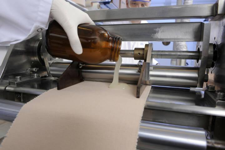 Herstellung eines Pflasters im Labor, Beiersdorf