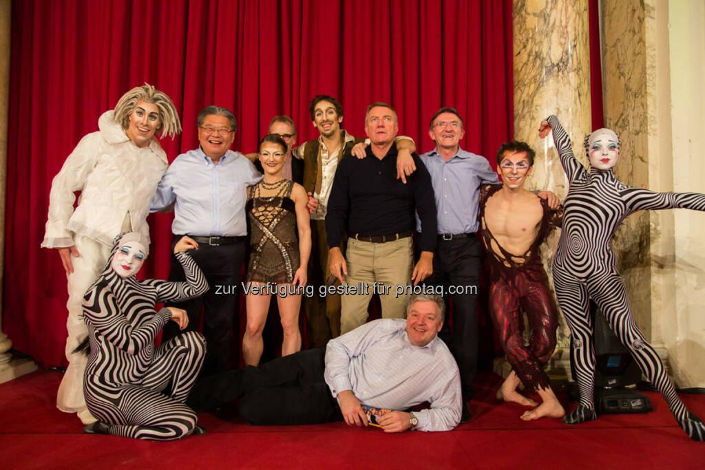 DHL Express tagte mit 300 Führungskräften aus ganz Europa in Wien. Mitglieder des Global Management Board DHL Express mit Künstlern des Cirque du Soleil in der Hofburg Wien., © Aussendung (10.02.2014)