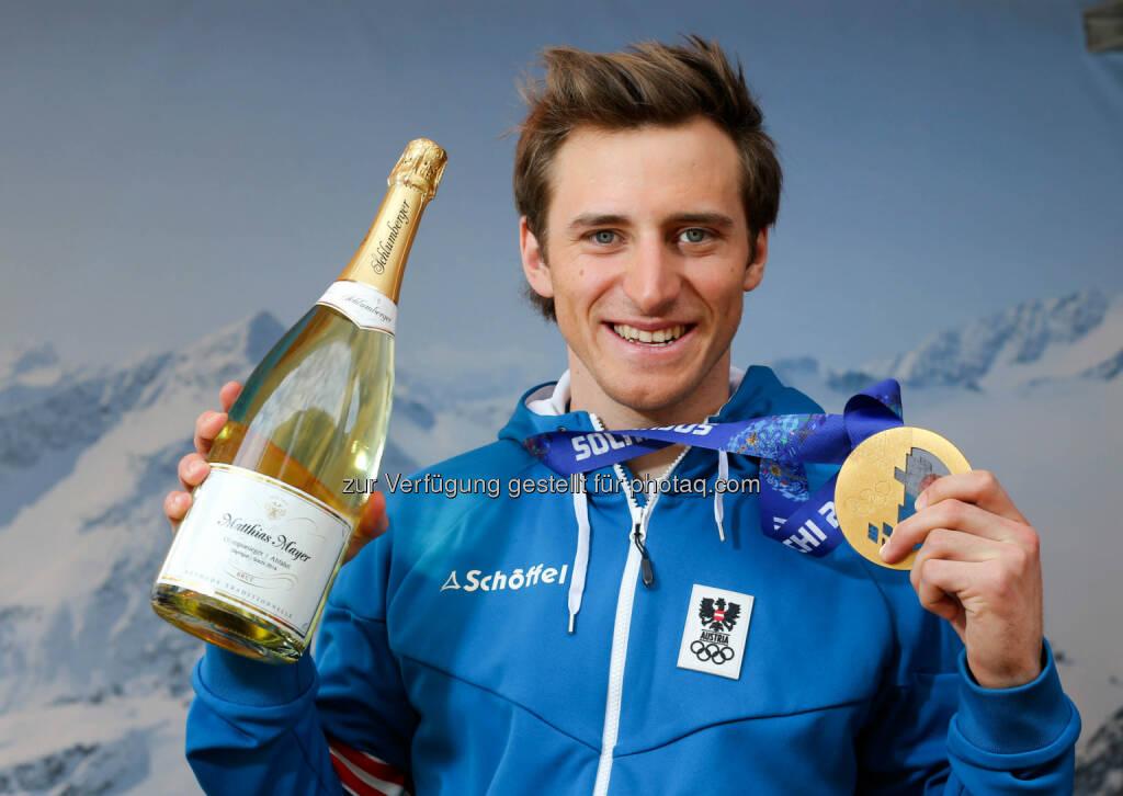 Olympiasieger Matthias Mayer mit seiner personalisierten Schlumberger Flasche im Austria Tirol House in Sochi. Fotocredit: ÖOC/Kernmayer (10.02.2014)