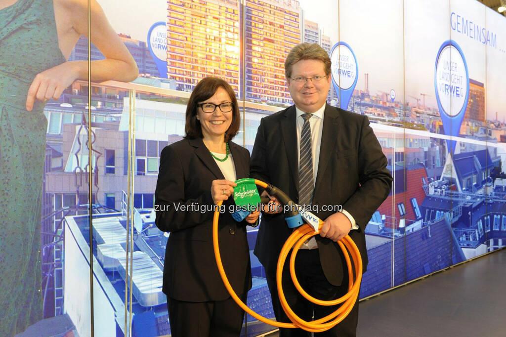 Rada Rodriguez, Vorsitzende der Geschäftsführung der Schneider Electric GmbH, und Arndt Neuhaus, Vorstandsvorsitzender der RWE Deutschland AG geben auf der Enegiefachmesse E-world die E-Mobility-Kooperation der beiden Häuser bekannt., © Aussendung (11.02.2014)