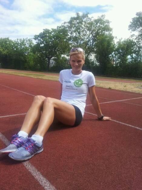 Track and Field Smeil: Elisabeth Niedereder, Staatsmeisterin 800m ( http://www.elisabethniedereder.com ) Shirt in der bet-at-home-Edition (11.02.2014)