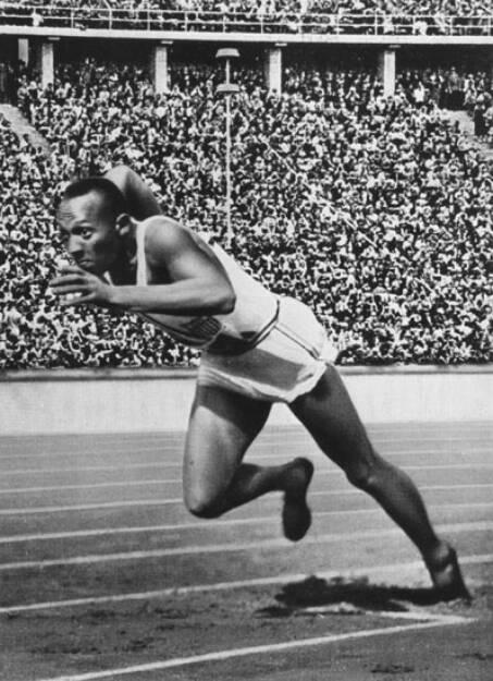 Jesse Owens - ein weiterer Athlet, der in Schuhen von Adi Dassler Gold holte. Hier beim Start der 200m bei den Olympischen Spielen in Berlin 1936  (Photo by Hulton Archive/Getty Images), © adidas group (Homepage) (12.02.2014)