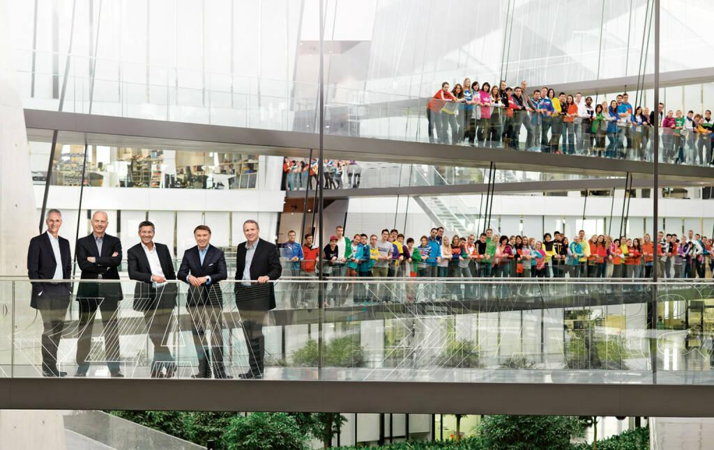 Die Vorstände der adidas Gruppe: Roland Auschel, Erich Stamminger, Herbert Hainer, Robin J. Stalker und Glenn Bennett sowie Teile der Belegschaft im Hauptsitz des Unternehmens., © adidas group (Homepage) (12.02.2014)