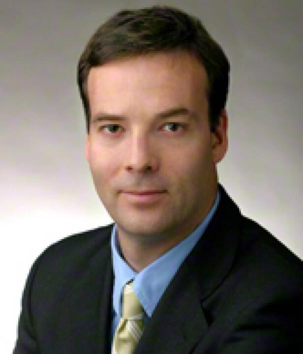 """Scott McDonald, CEO Oliver Wyman Group (Bild: Homepage) war vom Bundesministerium für Finanzen mit der Erstellung einer Einschätzung der volkswirtschaftlichen Auswirkungen zum Abbau der Hypo Alpe Adria beauftragt worden. Im Dezember 2013 wurde diesbezüglich ein Bericht unter dem Decknamen """"Projekt Galileo"""" geliefert. Die Neos haben einen Link http://neos.eu/Parlament/2014-02-05_Anfrage-HypoAA.pdf"""
