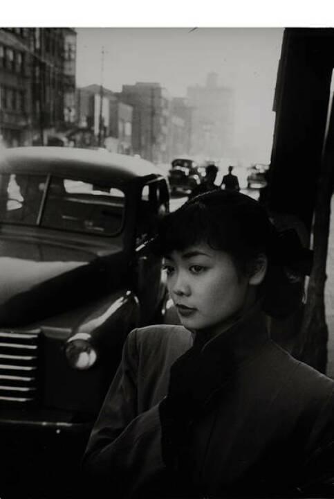 Werner Bischof (1916–1954) Michiko Jinuma, Tokyo 1951 - Silbergelatine-Abzug, Vintage, 25 x 17,8 cm, Agenturstempel des Fotografen und diverse Beschriftungen auf der Rückseite, Schätzpreis: 3.000 - 3.500 EUR